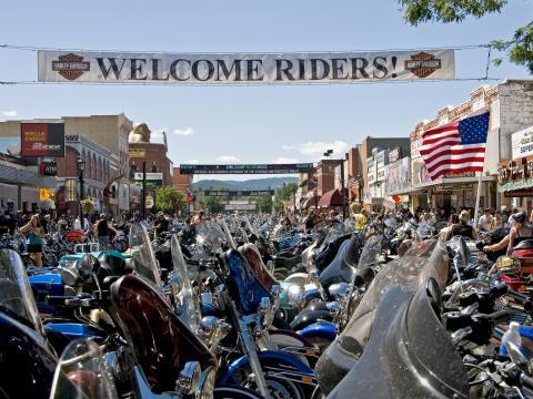 Motos alignées dans les rues de Sturgis pour le rassemblement annuel en août