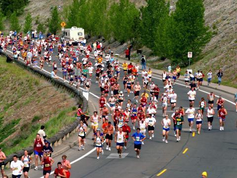 Les coureurs négocient le virage du Bloomsday Run, course organisée au mois de mai