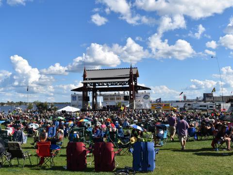 Foule profitant du concert avec vue sur l'eau au Bayfront Blues Festival de Duluth