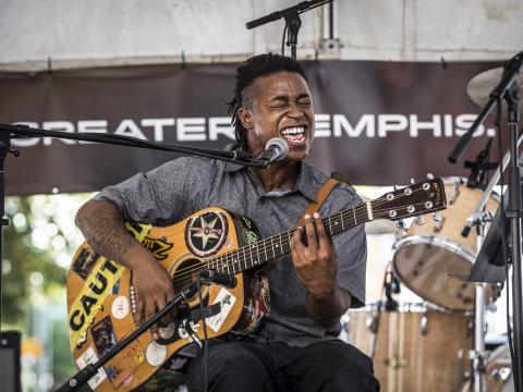 Artiste en plein concert lors du Center for Southern Folklore Festival