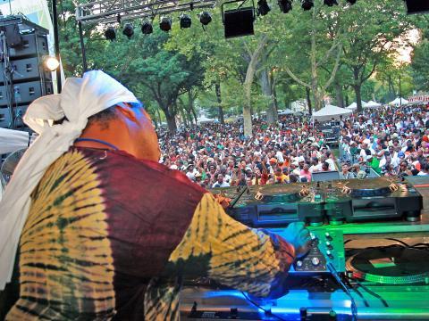 Un DJ fait danser la foule lors de la journée de la danse, au Lincoln Park Music Festival