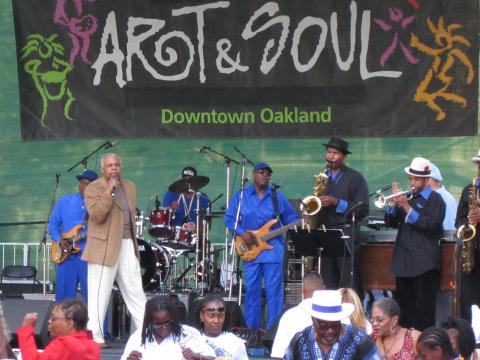 Un groupe jouant au festival Art and Soul d'Oakland