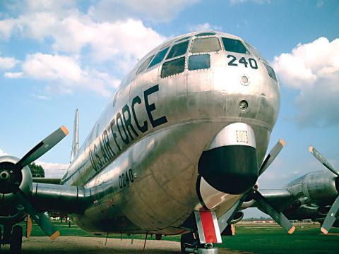 Avion dominant le tarmac lors du spectacle aérien de la Barksdale Air Force Base