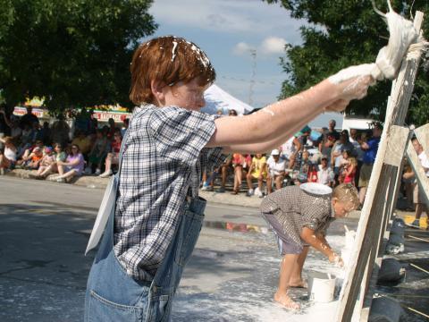 Peinture de clôtures lors des National Tom Sawyer Days