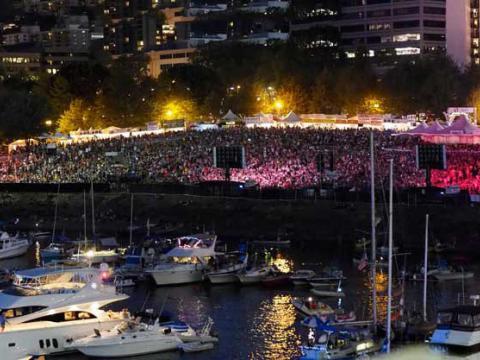 Le public éclairé au néon du Waterfront Blues Festival