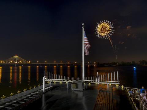Feu d'artifice au-dessus du fleuve Mississippi