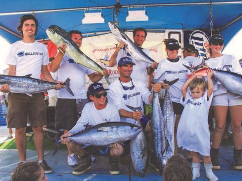 Pêcheurs exhibant fièrement leurs prises lors du Pompano Beach Fishing Rodeo