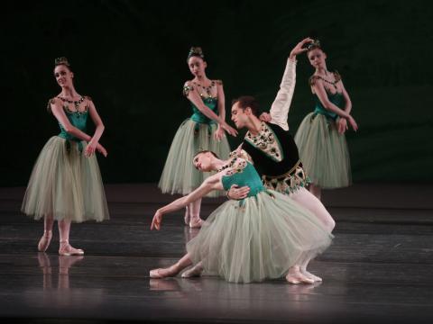 Les danseuses et danseurs du New York City Ballet prennent la pose