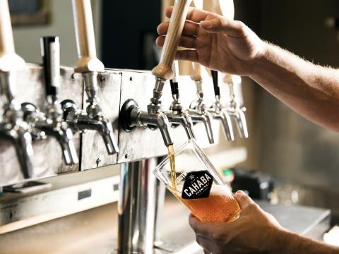 Tirage d'une bière pression à la Cahaba Brewing Company à Birmingham