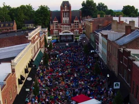 Un rendez-vous festif dans le centre-ville de Bardstown à l'occasion du Bourbon City Street Concert