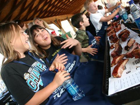 Des enfants dégustant des grillades lors du WhistleStop Bar-B-Que Weekend de Huntsville, Alabama