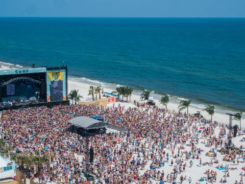 Des groupes se produisant sur la plage lors du Hangout Music Festival à Gulf Shores, Alabama