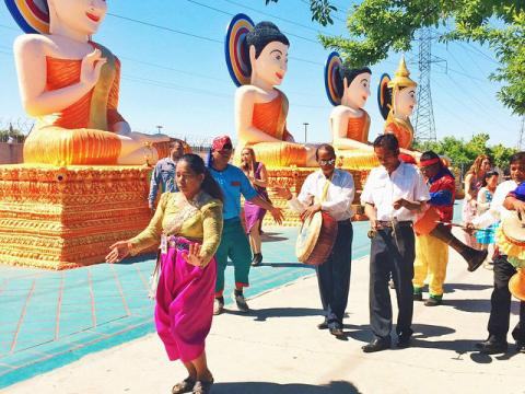 Une procession lors des célébrations du nouvel an au temple bouddhiste cambodgien de Stockton, en Californie