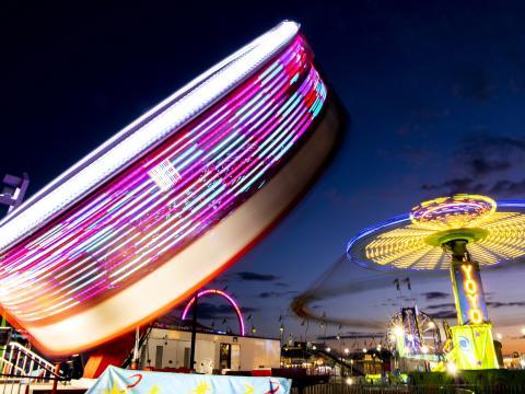 Manèges colorés sur fond de ciel nocturne durant l'Illinois State Fair à Springfield