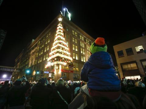 Sapin de Noël décoré sur le côté d'un bâtiment pendant la soirée Light Up Night à Pittsburgh, Pennsylvanie
