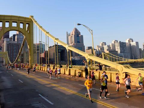 Coureurs traversant le Clemente Bridge pendant le marathon de Pittsburgh