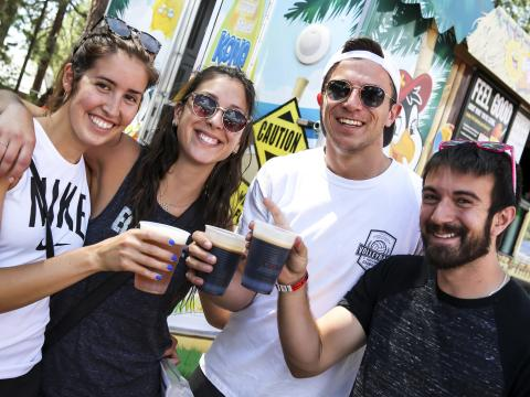 Un groupe d'amis savourant des bières à Big Bear Lake, en Californie, lors du Big Bear Chili Cook-off