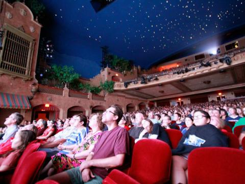 Projection d'un film au Plaza Theatre pendant le festival Plaza Classic Film Fest à El Paso, Texas