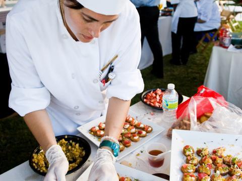 Un chef prépare des hors-d'œuvre à l'occasion du Flavor Palm Beach en Floride