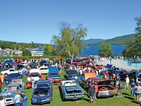 Voitures d'époque exposées lors de l'Adirondack Nationals Car Show qui surplombe le lac George, dans l'État de New York