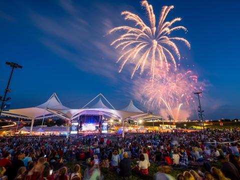 Photo des feux d'artifice du July 4th Fireworks Spectacular au WalmartAMP à Rogers, dans l'Arkansas