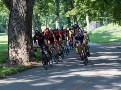 Cyclistes en pleine course pendant le Rogers Cycling Festival en Arkansas
